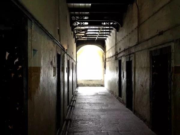 Pasillos de Kilmainham Gaol, la cárcel de Dublín