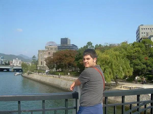 Pau mirando la Cúpula Genbaku en Hiroshima