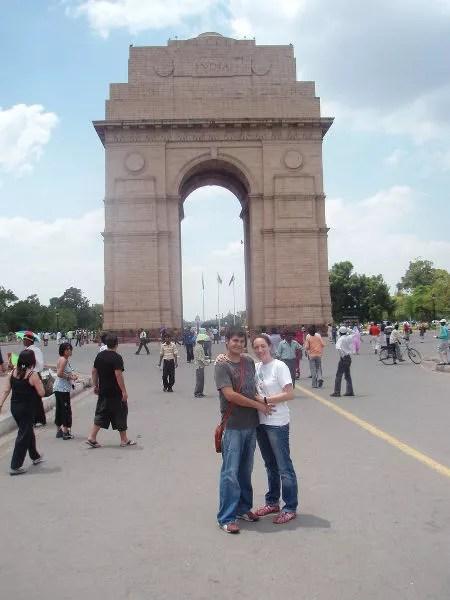 Pau y Vero delante de la India Gate