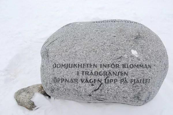 Piedra con inscripciones en Laponia Sueca