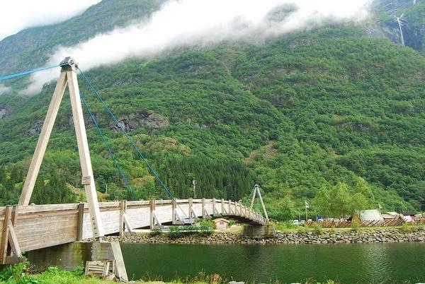 Puente de madera sobre los fiordos noruegos