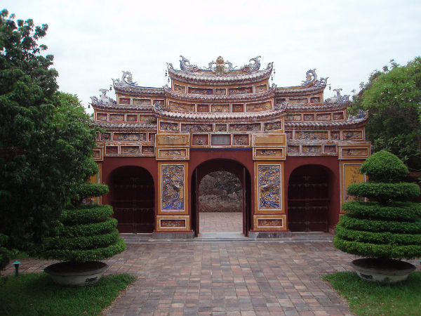 Puerta decorada en la Ciudadela de Hué