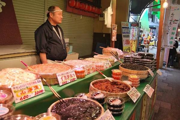 Puesto de huevas en el mercado de Omicho