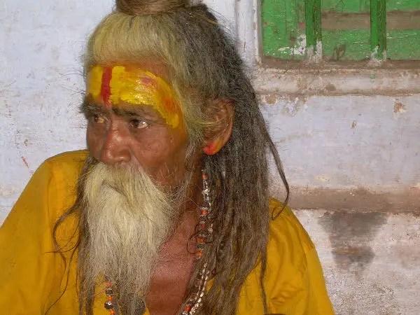 Sadhu en un ghat de Varanasi
