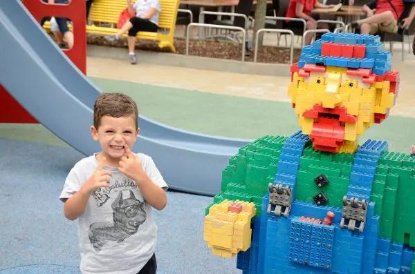 Teo con Luigi en Legoland Alemania