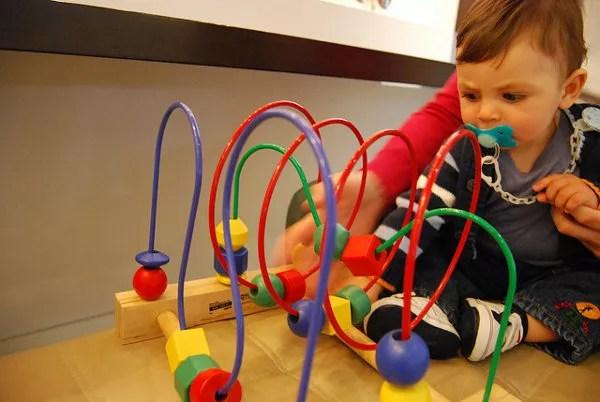 Teo disfrutando con los juguetes del hotel de Reikiavik
