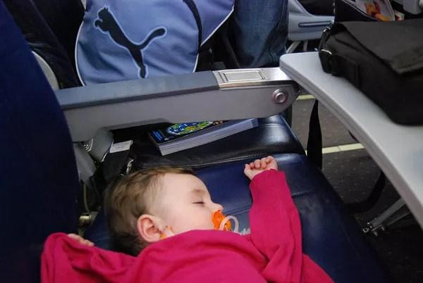 Teo durmiendo en el vuelo a Copenhague