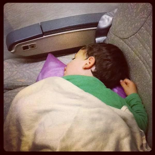 Teo durmiendo en el vuelo de Emirates