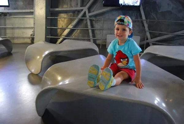 Teo en el Atomium de Bruselas