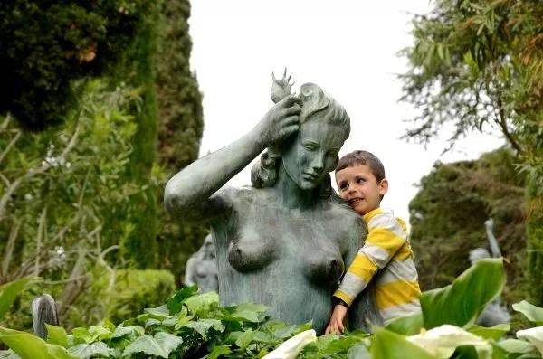 Teo en els Jardins de Santa Clotilde de Lloret de Mar