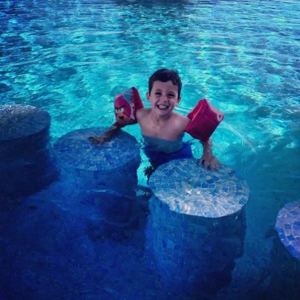 Teo en la piscina del apartamento de HomeAway en Altea