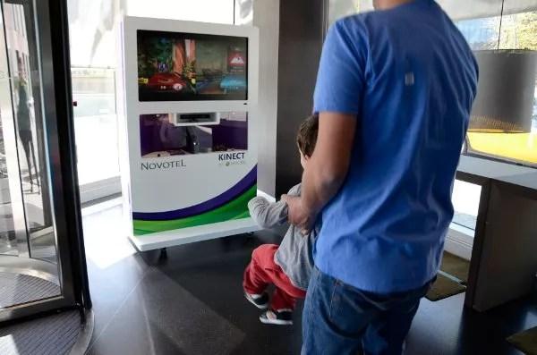 Teo y Pau jugando con la Kinect del Novotel Barcelona City