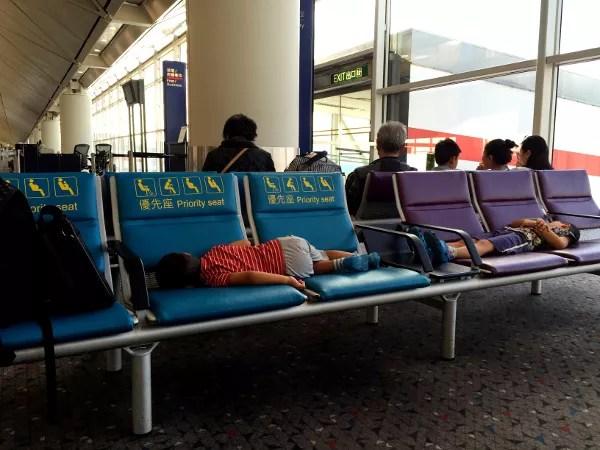 Teo y oriol en el aeropuerto de Hong Kong