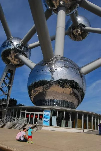Teo y vero mirando el Atomium de Bruselas