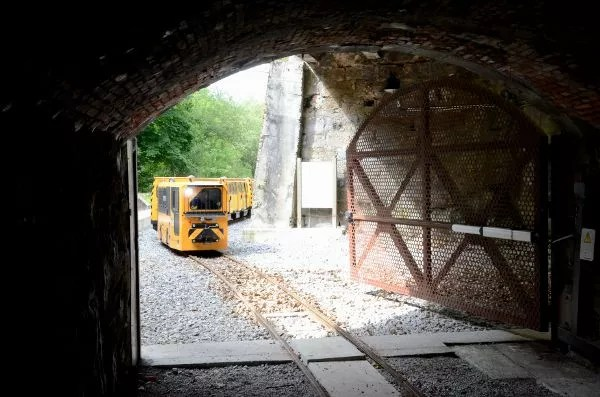 Tren entrando a la mina de Ecomuseo Minero del Valle de Samuño