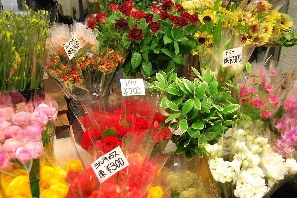 Un ramo de flores en el mercado de Omicho