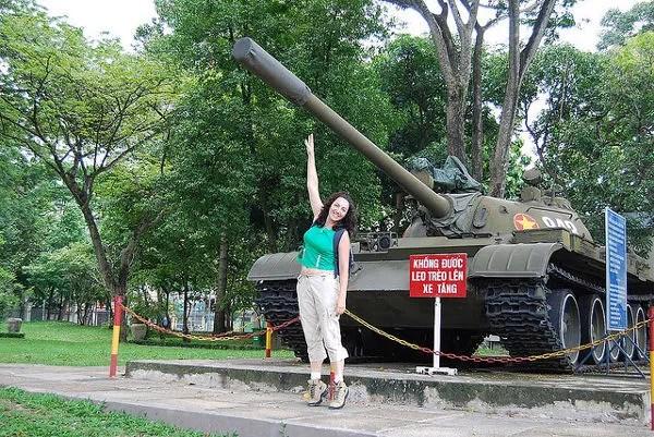 Vero ante un tanque en el Palacio de Reunificación