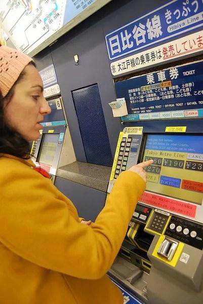 Vero comprando un billete de metro en Tokio
