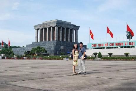 Vero i Pau ante el Mausoleo de Ho Chi Minh