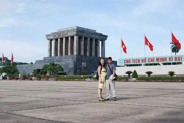 Vero y Pau ante el Mausoleo de Ho Chi Minh
