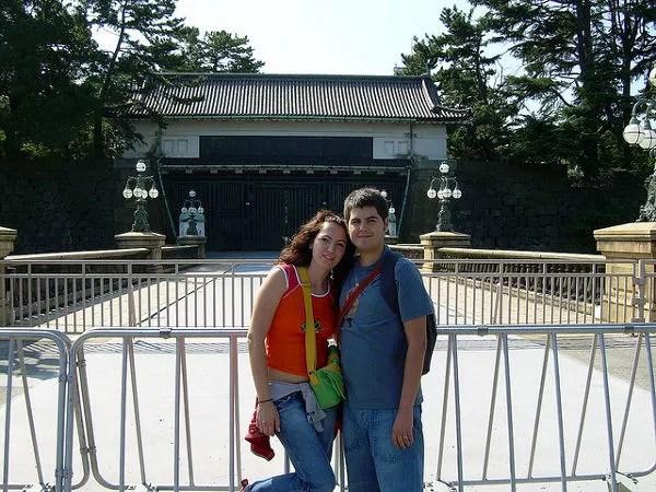Vero y Pau ante los jardines del Palacio Imperial