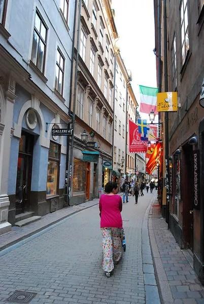 Vero y Teo paseando por el Gamla Stan de Estocolmo