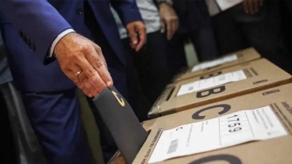 Dominicano ejerciendo su derecho al voto