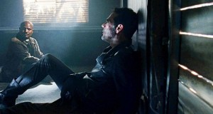 Negan y Gabriel hablando The Walking Dead El Palomitrón