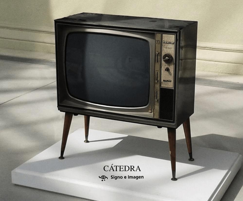 Una television con dos cadenas portada