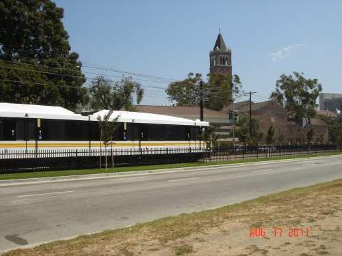 Tren ligero de Metro en el bulevard Exposition. (Foto José Ubaldo/Metro)