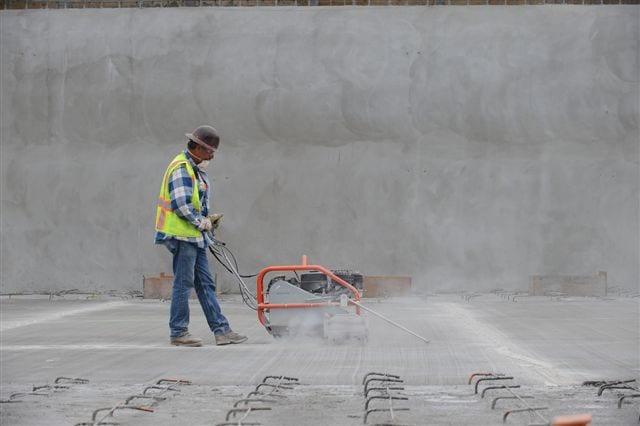 Trabajador en plena labor en el centro de transporte El Monte. (Foto Juan Ocampo/El Pasajero).