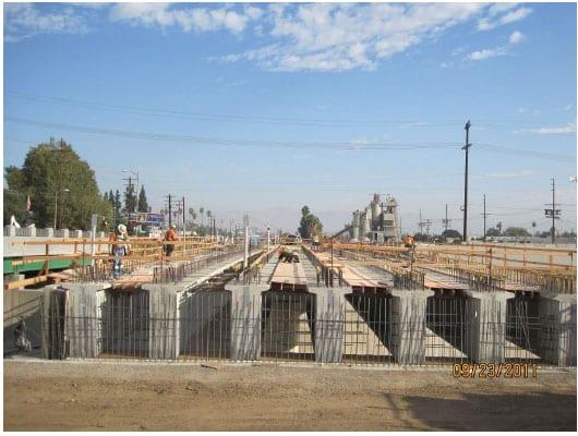 Construcción de lo que será la superficie del puente LA River. (Foto Metro Construction)