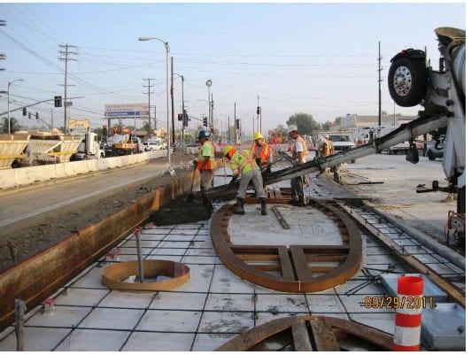 Trabajadores ponen concreto sobre la superficie de la futura estación Rosco. (Foto Metro Construction)