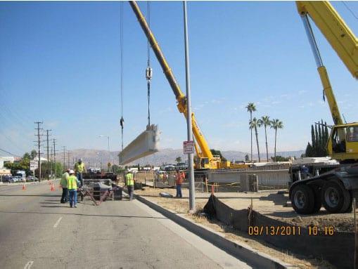 Instalación de vigas de acero para el puente Santa Susana. (Foto Metro Construction)