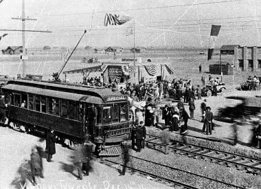 El primer tranvía eléctrico arriba a Van Nuys, el 16 de diciembre de 1911 (Los Angeles Public Library).