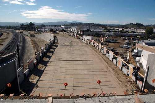 El punte sobre la calle Lassen, dirección sur, por donde pronto circularán los autobuses de la nueva extensión de la Línea Naranja. (Foto Luis Inzunza/El Pasajero).