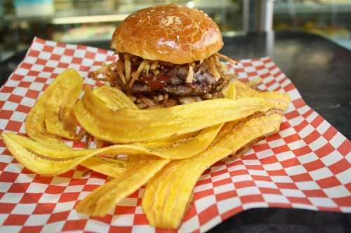 La hamburguesa de mayor éxito; La Frita, de carnes de res y chorizo acompañada de las famosas Mariquitas. (Foto Agustín Durán/El Pasajero).