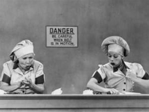 Lucy y Ethel en la fábrica de chocolates See's Candies. Foto de CBS Television.