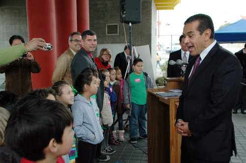 El alcalde de Los Angeles Antonio Villaraigosa platica con estudiantes de segundo grado de la primaria Eagle Rock antes de iniciar su recorrido por Chinatown. (Foto Luis Inzunza/El Pasajero).