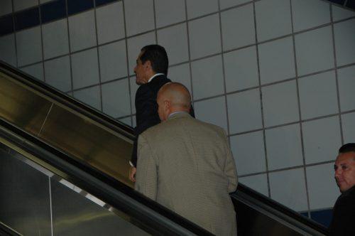 El alcalde Antonio Villaraigosa saliendo de la estación por la entrada de la calle Flower después del recorrido con los medios de comunicación.