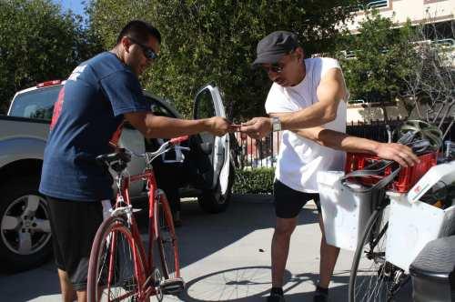 Preparando sus vehiculos de dos ruedas ante del viaje. (Foto Agustín Durán/El Pasajero).