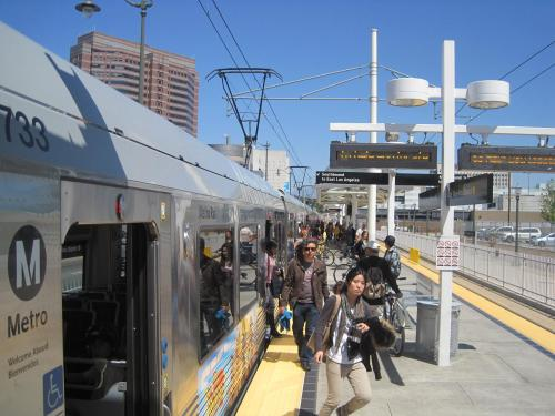 Saliendo del tren en la estación Little Tokyo de la Línea Dorada.