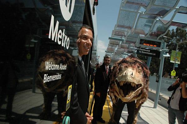 Hunter da la bienvenida al alcalde Antonio Villaraigosa a la estación Expo Park/USC. (Foto Luis Inzunza/El Pasajero).