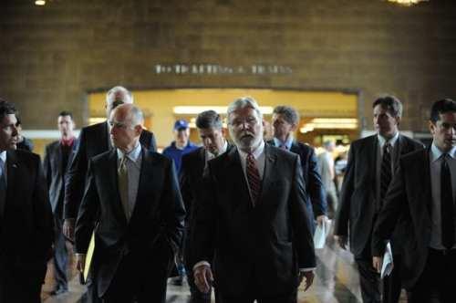 El gobernador del estado Jerry Brown se dirige a la rueda de prensa/ceremonia en donde se firmó el inicio de la construcción del tren bala en California. A su lado Art Leahy, Gerente General Ejecutivo de Metro, caminando por los pasillos de Union Station. (Foto Juan Ocampo/El Pasajero).