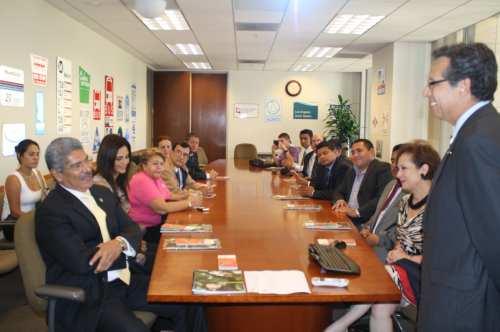 Roberto Calix, representante de Metro explica a la comitiva salvadoreña la evolucionado el sistema del transporte público en Los Ángeles (Fotografía Agustín Durán/El Pasajero).