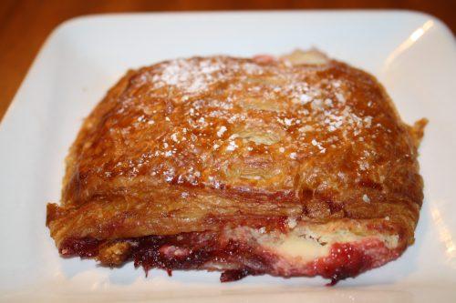 Pan de dulce relleno de fresas con crema y queso. (Foto Agustín Durán/El Pasajero)