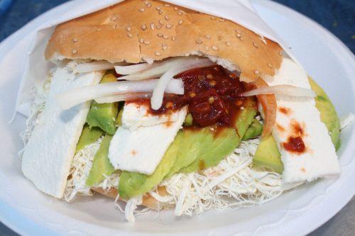 Si usted es vegetariano, no se apure, Cemitas Tepeaca tiene la de Quesillo, con queso fresco, quesillo, aguacate, chipotles y papalo. (Foto Agustín Duarán/El Pasajero_.