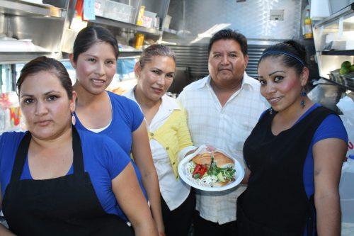 Los empleados de Cemitas Tepeaca de izquierda a derecha: Claudia, Yabel, Martha, Juan y Norma. (Foto Agustín Durán/El Pasajero).