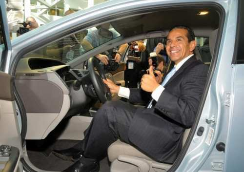 Alcalde angelino Antonio Villaraigosa en el Auto Show de 2011