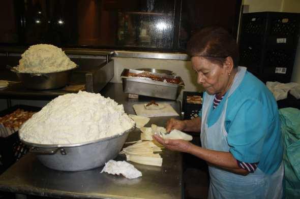 Experiencia y gusto por cocinar: son tan solo segundos los que le toman a Ignacia Morales para preparar un tamal. (Foto de Agustín Durán/El Pasajero).